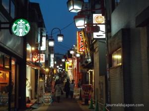 Une allée de Jiyugaoka la nuit