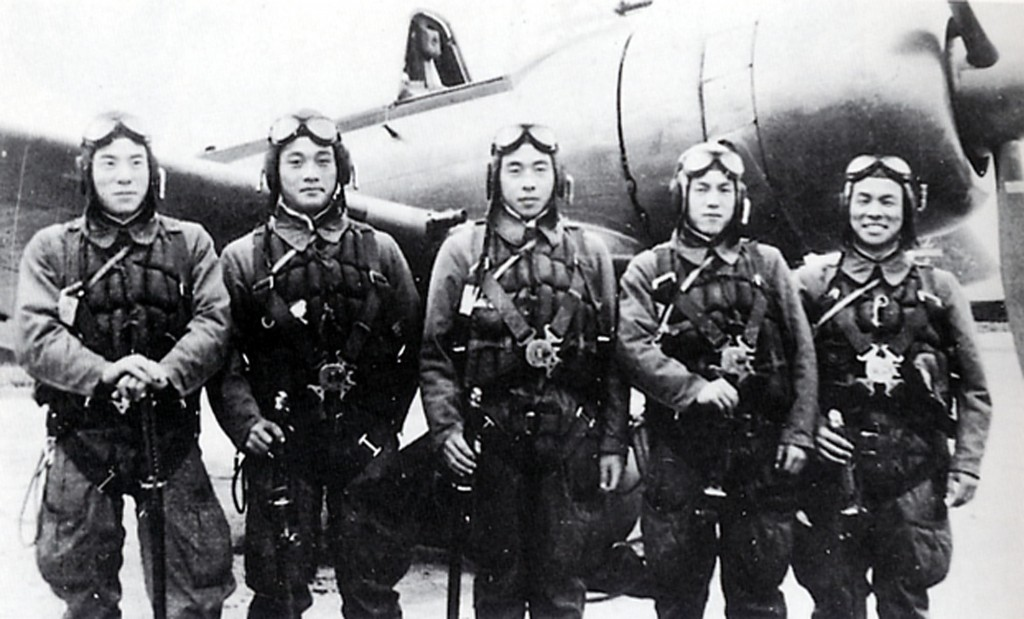Photo du Kamikaze Toshio Yoshitake, avec ses camarades le 8 novembre 1944. None of the 17 other pilots and flight instructors who flew with Yoshitake on that day survived. Yoshitake, now 82, is alive today and able to see the 60th anniversary of the end of World War II in August only because an American warplane shot him out of the air. He crash landed and was rescued by Japanese soldiers. (AP Photo)