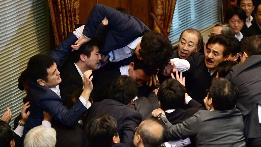 Mêlée au parlement Japonais, lors de l'adoption des réformes de la défense...