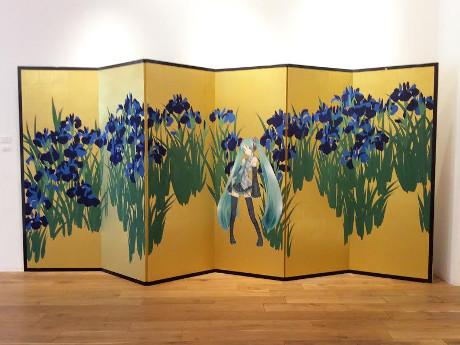 Hatsune Miku dans les Iris ©TOYOWADO (paravent original)