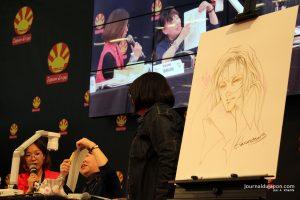 Harumo Sanazakin dessinant lors de la conférence