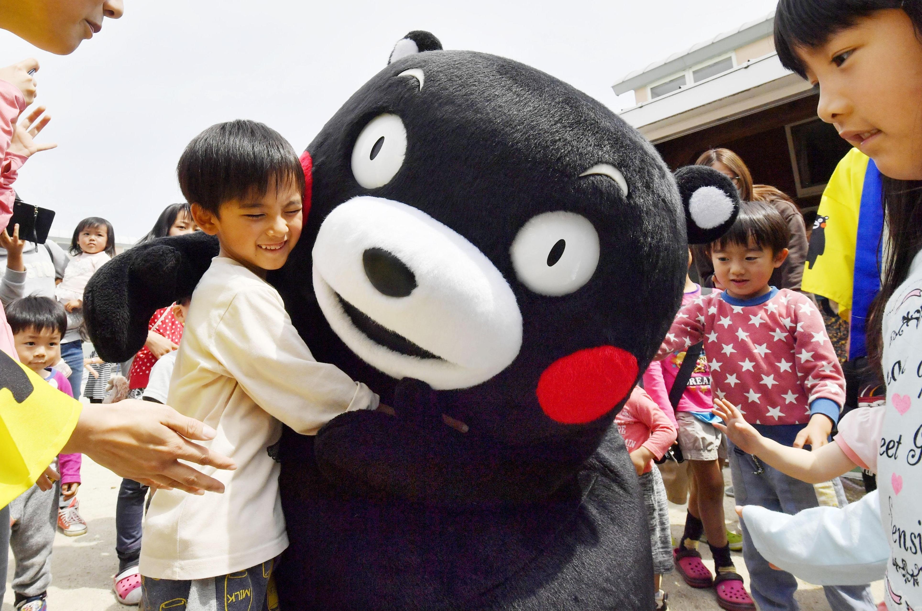 Kumamon réconforte un enfant après le séisme de Kumamoto ©Japan Times