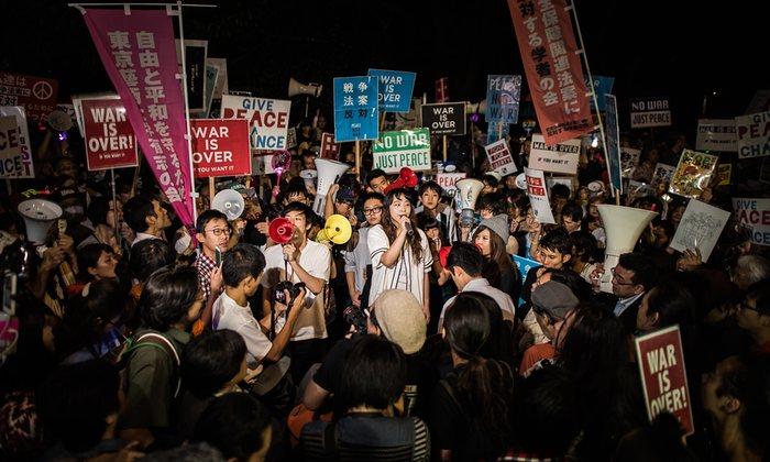 Des Japonais protestent contre la réforme de la constitution par le gouvernement conservateur de Shinzo Abe. Photo de Guillaume Bression, the Guardian, 2015