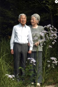 L'empereur Akihito du Japon avec son épouse l'impératrice Michiko, pour son 81e anniversaire, dans les jardins du palais impérial le 20 octobre 2015 à Tokyo.