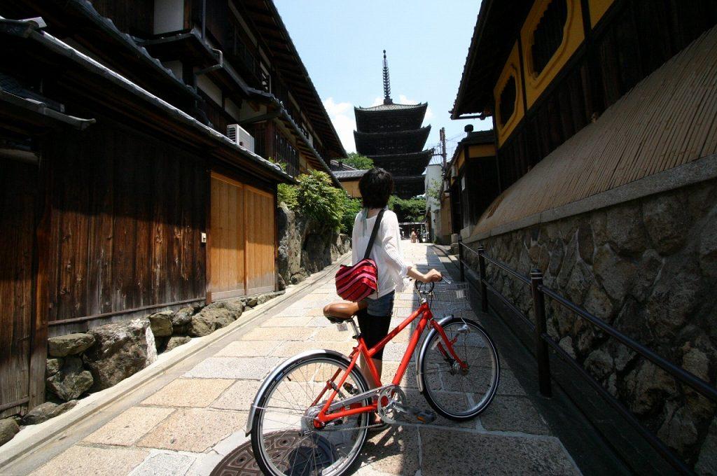 Le silence du vélo s'harmonise parfaitement avec la ville de Kyoto. Crédits: Japanican