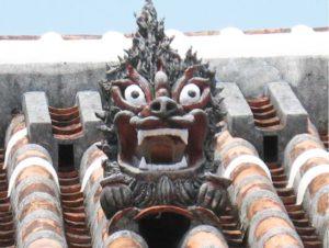 Shisa sur les toits à Okinawa