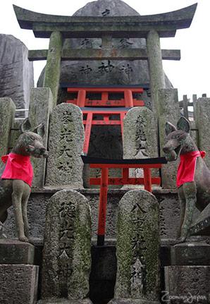 Statues kitsune au sanctuaire Fushimi Inari