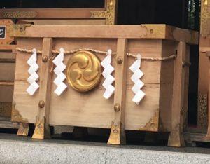 Saisen-bako, boîte en bois pour recevoir les oboles des visiteurs.