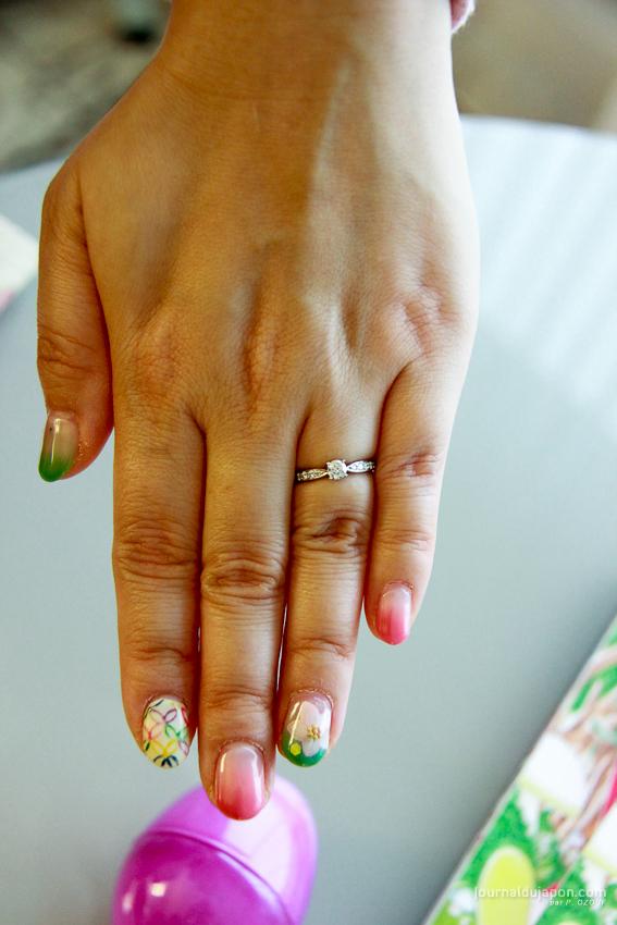 Marie SASANO, portant fièrement sa bague de fiançailles
