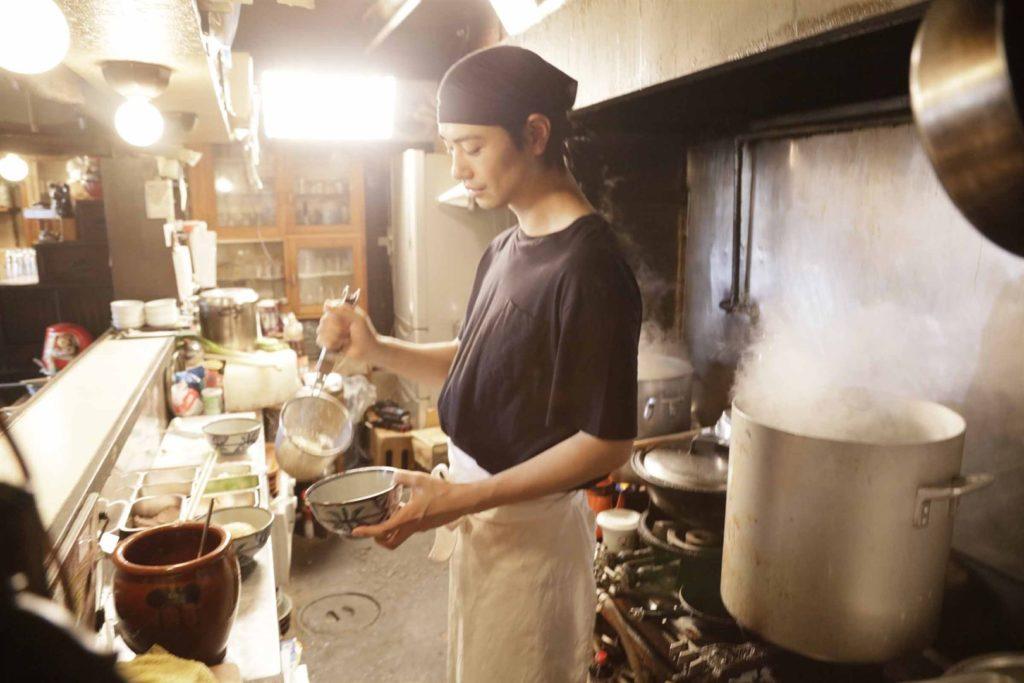 Masato (Takumi SAITOH) en cuisine ©Art House