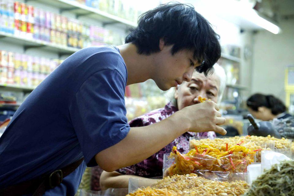 Masato choisissant des épices sur le marché ©Art House