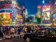La foule et les néons au croisement de Shibuya
