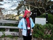 Un guide au château de Hikone. Il porte le fameux casque cornu des seigneurs de la famille Ii