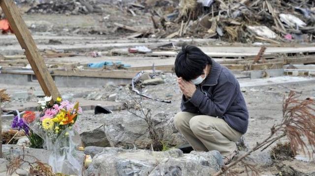 une-femme-au-milieu-des-decombres-le-2-mai-2011-a-minamisoma-dans-la-prefecture-de-fukushima_afp.com/Yoshikazu Tsuno