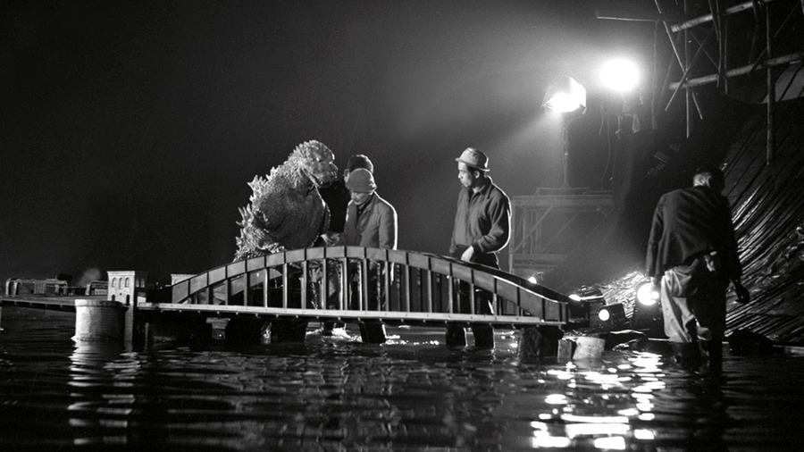 """Sur le tournage du """"Godzilla"""" de 1954."""