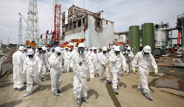 Fukushima - Journalistes et employés de Tepco devant le réacteur 4 © Tomohiro Ohsumi/Bloomberg News