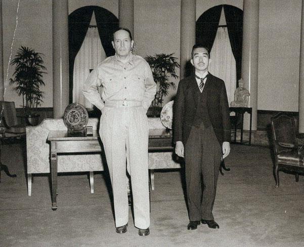 Le Général Mac Arthur et l'empereur Hirohito