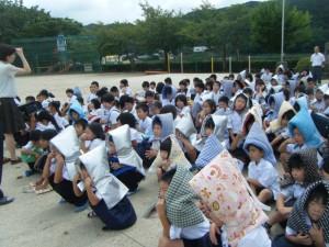Des écoliers portant des Bôsaizukin durant un exercice d'évacuation