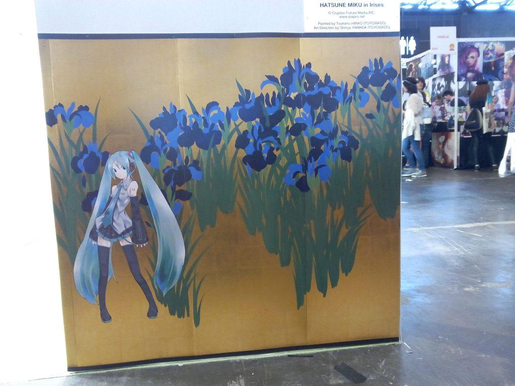 Hatsune Miku dans les Iris ©TOYOWADO (reproduction)