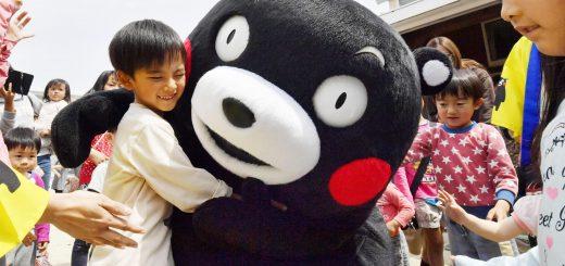 Kumamon réconforte un enfant après le séisme de Kumamoto ©http://www.japantimes.co.jp