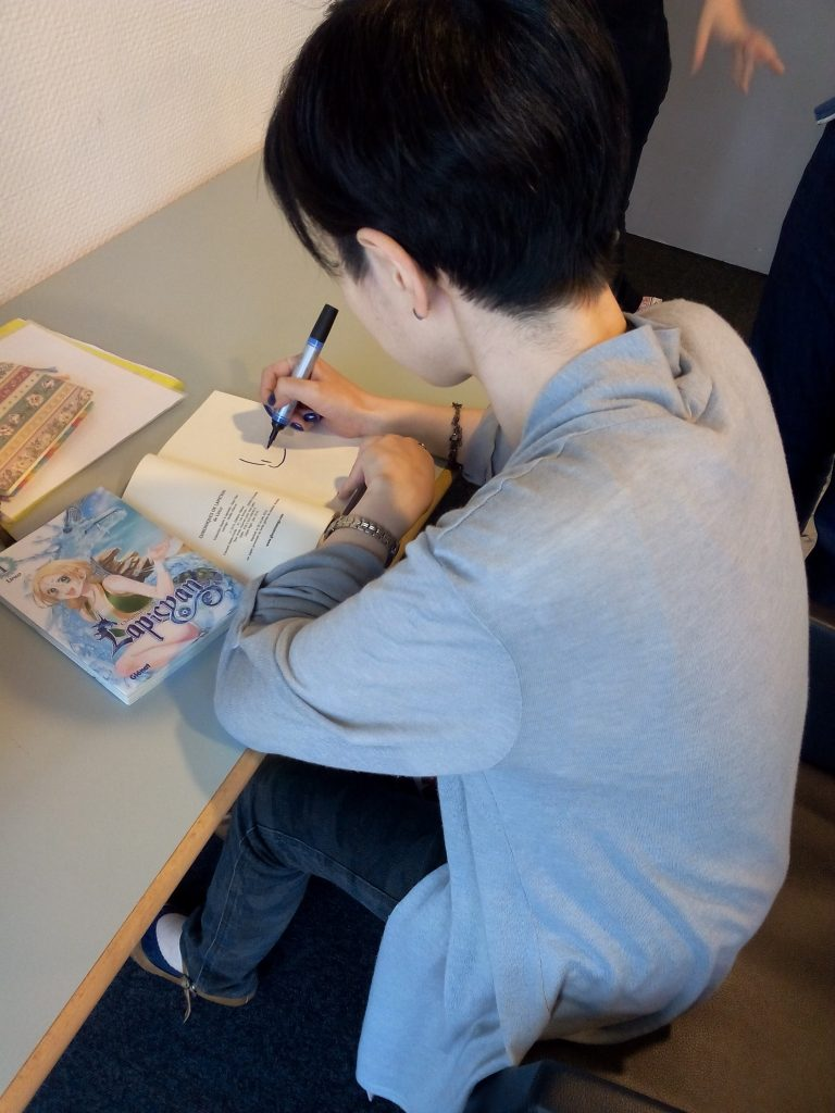 LINCO dédicace son manga.