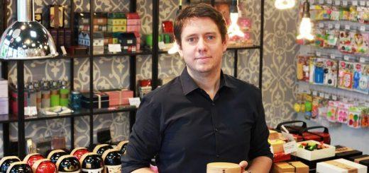 Thomas Bertrand co-fondadateur de Bento&Co, dans la boutique de Kyoto