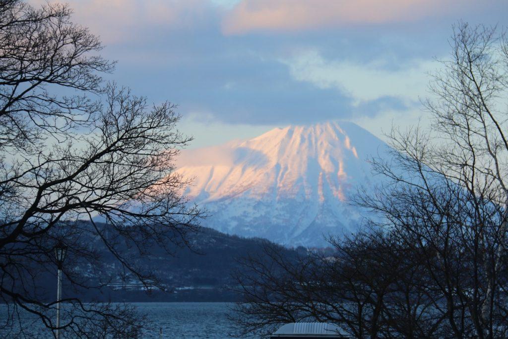 Le lac Toya a pour reflet, les montagnes alentours. Crédits: Engeline Eng