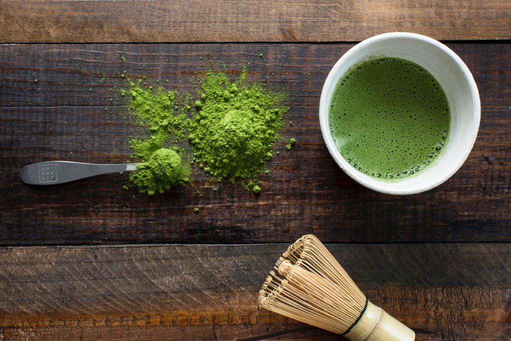 Le thé matcha se présente sous la forme d'une poudre verte - Photo de Matcha & CO (Unsplash)