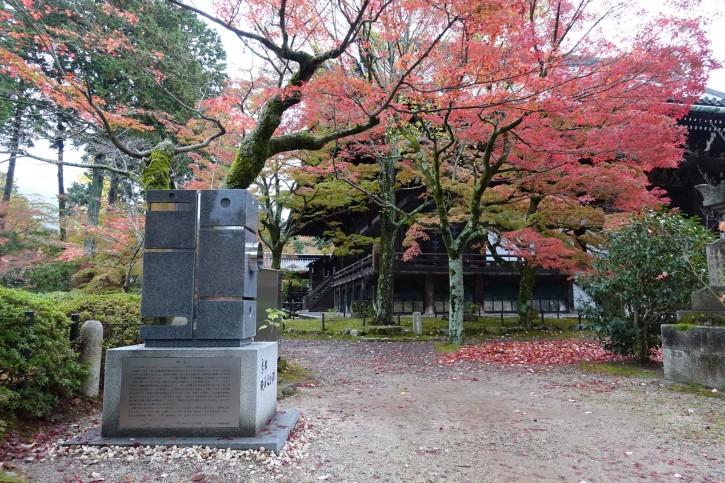 Le monument en forme de caméra, rappelle aux visiteurs que le cinéma est né à cet endroit. Crédits: fdtimes