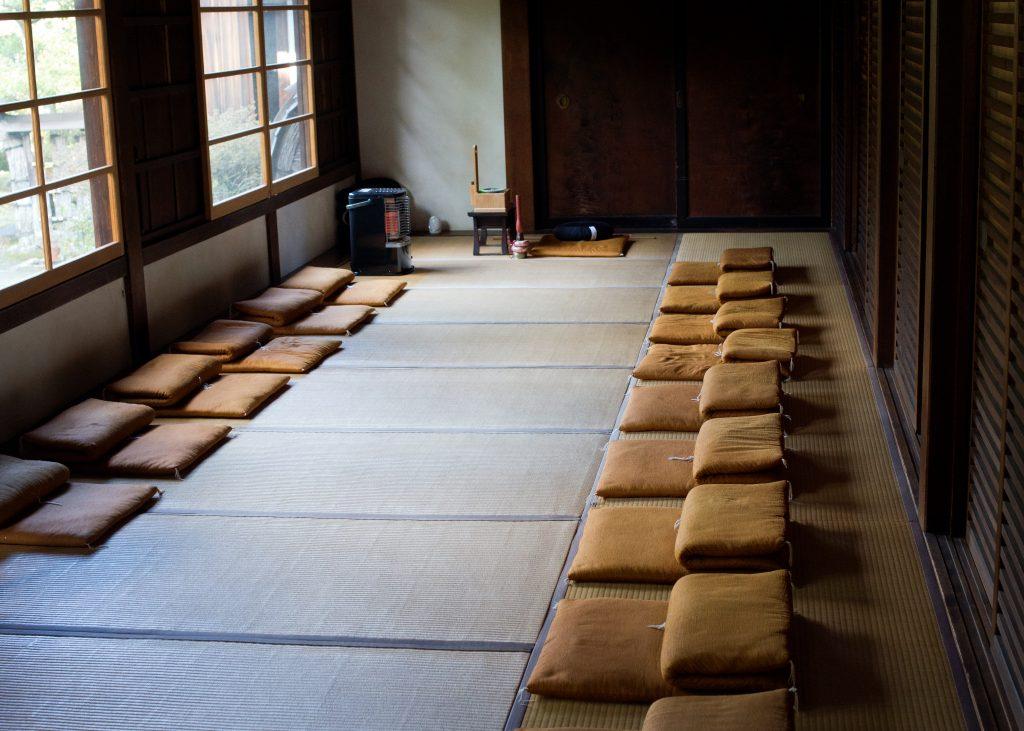 La pratique du zazen se fait dans une salle recouverte de tatamis, dans le silence complet. Crédits: Fareastfling