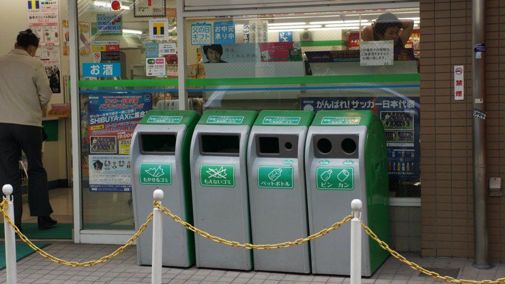 Exemple de poubelles devant une épicerie. Crédits: Japonpratique