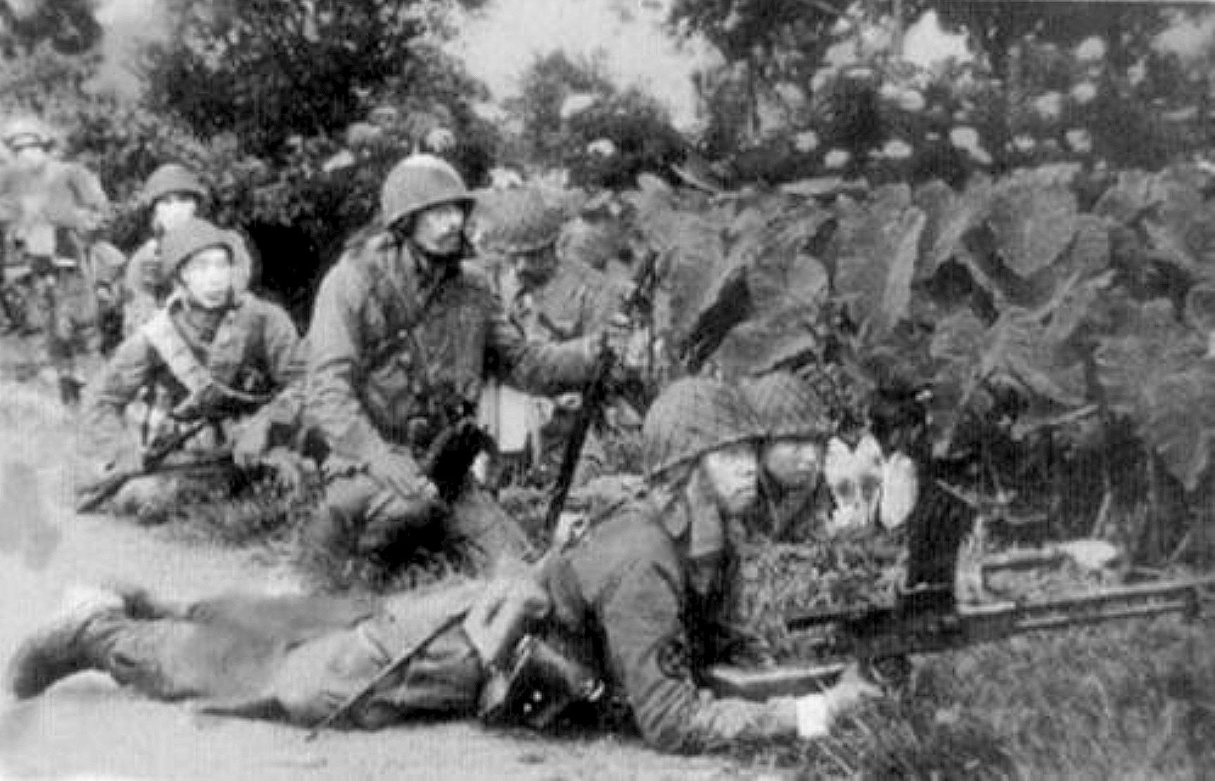 Parachutistes japonais attaquant les troupes hollandaises en 1942.