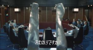 Le Premier ministre japonais tenant tête aux ambassadeurs des USA et de l'URSS dans Le Retour de Godzilla