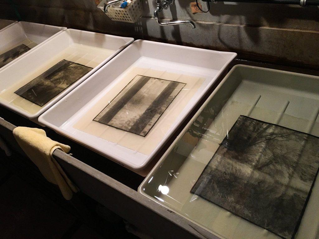 Développement des photographies avec la méthode palatine palladium.