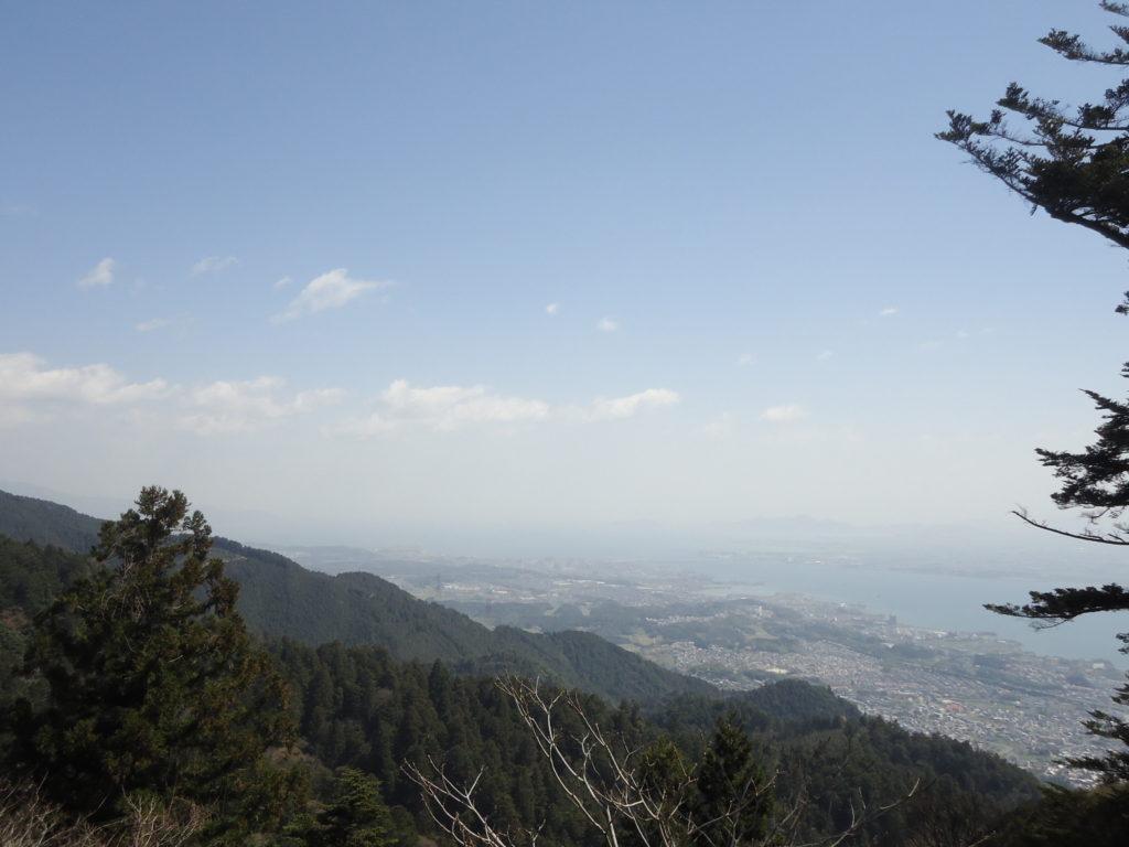 Par temps clair, la vue est dégagée sur la ville de Kyoto et le lac Biwa