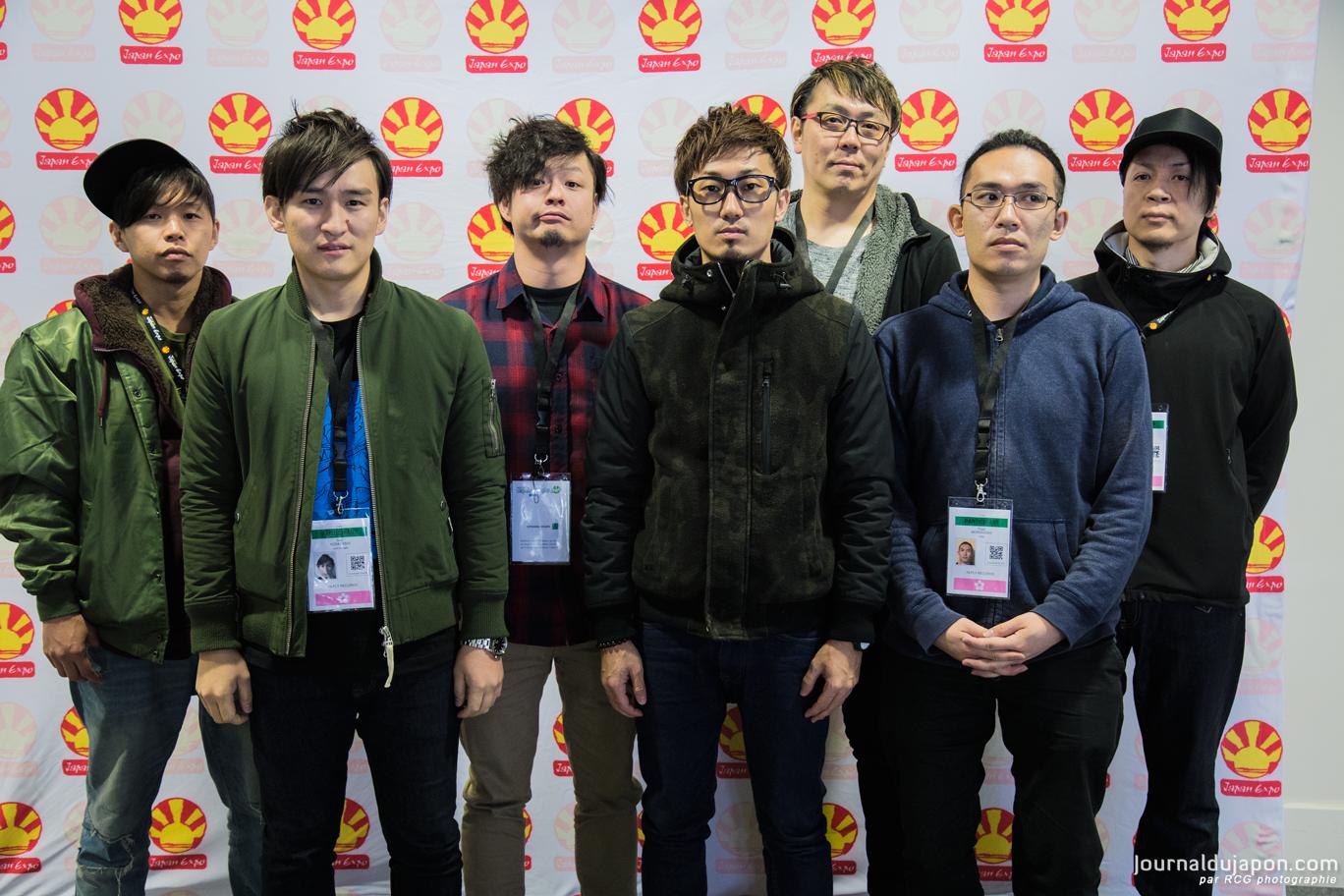 De gauche à droite : Miyo-C, Shu, Tono, Masatomo, Akaba, Sakamoto Mani Shinjirô et Moroboshimann.