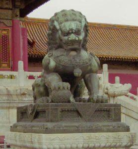 Lion gardien impérial en pierre à la Cité interdite (dynastie Ming)