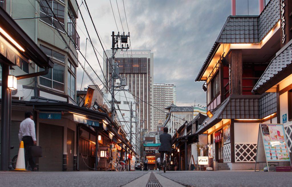 Quartier d'Asakusa, où se trouve beaucoup d'auberges / Photo Claudio Guglieri - Unsplash
