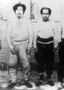 Onisaburo Deguchi et Morihei Ueshiba menottés en Mongolie