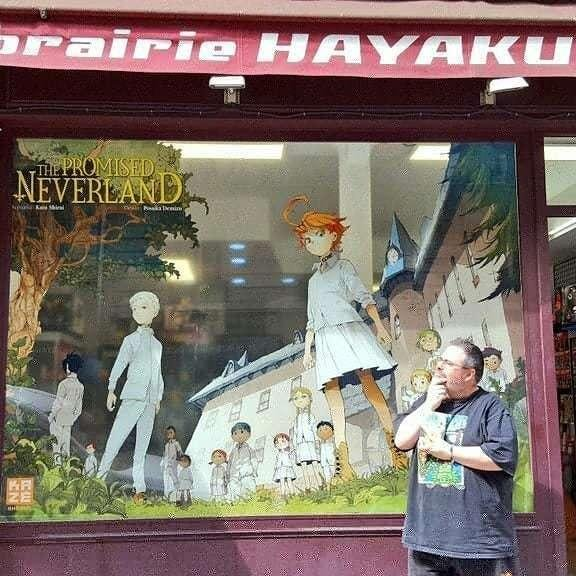 Christophe Lenain deant un Hayaku Shop aux couleurs de The Promised Neverland