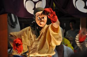 Danseur portant le masque de Hyottoko