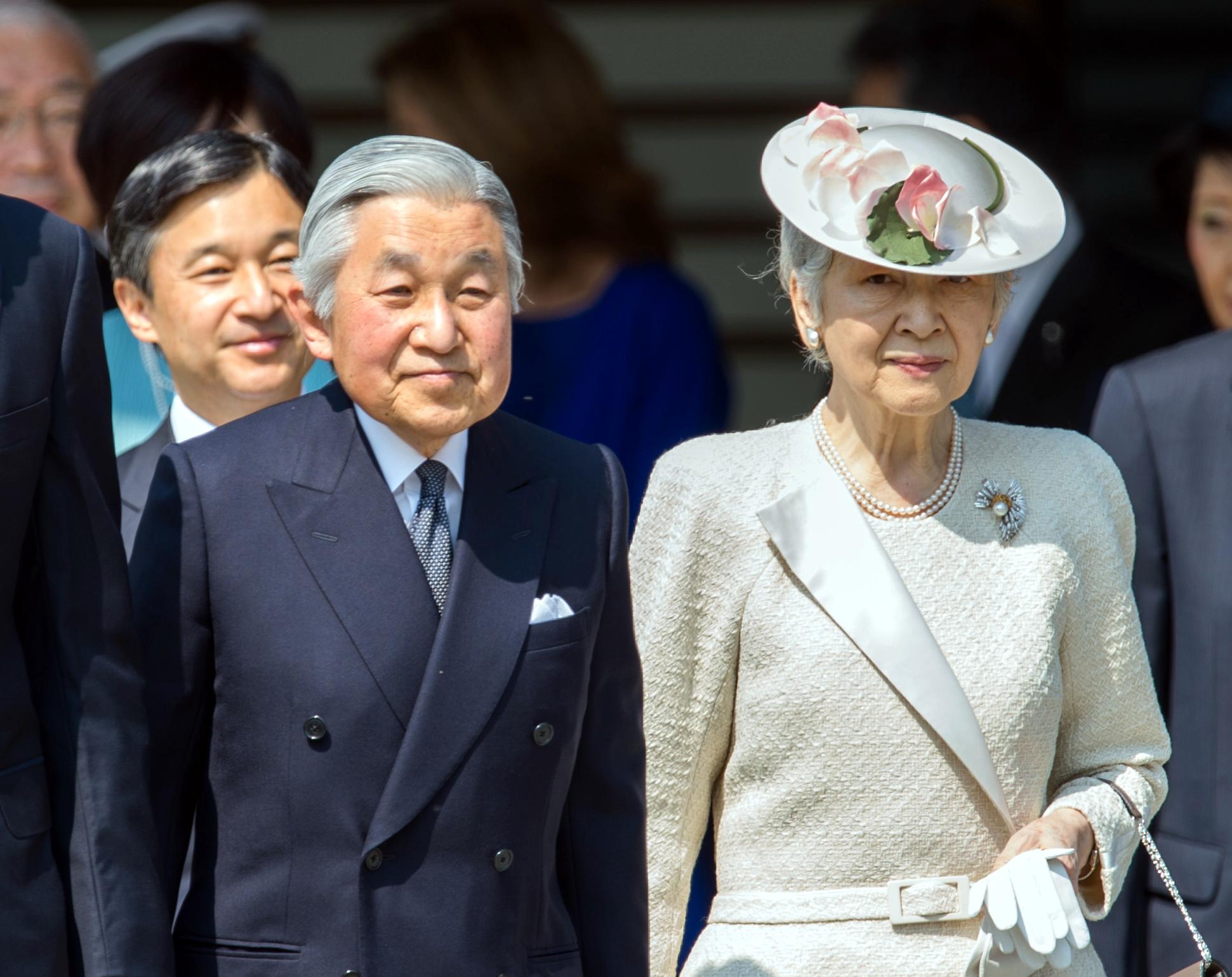 L'empereur AKIHITO et l'impératrice MICHIKO et le prince héritier NARUHITO en arrière plan
