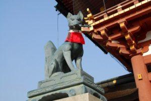 Statue de renard au foulard rouge, au temple de Fushimi Inari Taisha de Kyôto