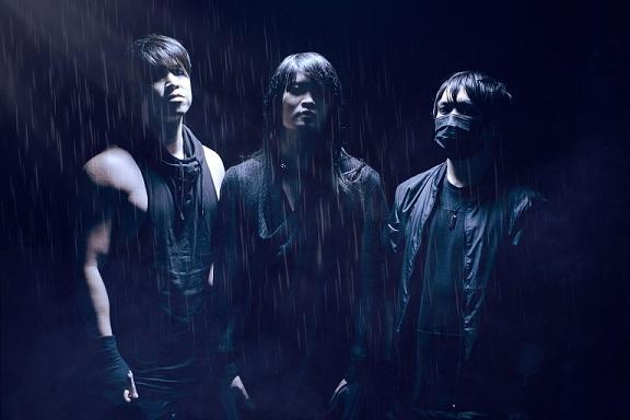 L'un des membres du groupe de rock Esprit d'Air porte un masque noir pour le style
