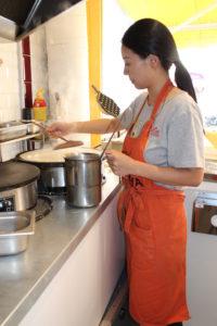 Céline en pleine préparation de crêpes, Mayya bar à crêpes