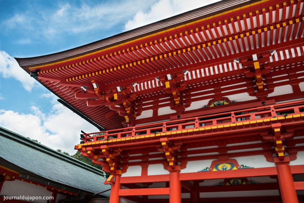 Le sanctuaire Ômi et son portique d'entrée.