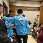 Hikaru-kun sur les blousons du personnel de la mairie d'Otsu, lors d'une compétition internationale de Karuta