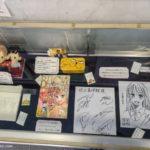 Dédicaces et dessins de Yuki SUETSUGU, auteure de Chihayafuru, au centre du Karuta.
