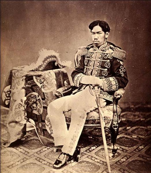 Première photographie du jeune empereur Mutsuhito (Meiji) en costume occidental (8 octobre 1873)