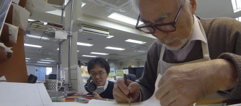 Kaku ARAKAWA (à gauche) et Hayao MIYAZAKI (à droite). Quand un réalisateur filme un autre réalisateur. ©NHK